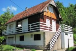 Laduč Donji-kuća sa pomoćnim objektom i garažom na okućnici od 1623 m2-57.000,00 NOVA CIJENA €